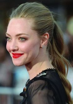 Amanda Seyfried from Daily Beauty Moment The former mean girl pulls off a killer red lip (Cle de Peau's Extra Rich Lipstick in and a fresh faced look at the A Million Ways to Die in the West premiere in LA. Twisty Hairstyles, Holiday Hairstyles, Summer Hairstyles, Modern Hairstyles, Celebrity Hairstyles, Beauty Trends, Beauty Hacks, Twist Ponytail, Braided Ponytail