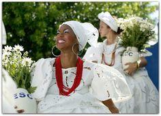 Angélica – Polianthes tuberosa  A angélica é uma planta bulbosa de flores brancas e perfumadas que simboliza a pureza.   Suas folhas são longas, estreitas e de cor verde, formando moitas semelhantes a capim. O florescimento ocorre no final do verão e outono e com numerosas flores.  http://sergiozeiger.tumblr.com/…/angelica-polianthes-tubero…  As flores são cerosas, pequenas, de cor branca ou levemente rosada e liberam um delicioso e intenso perfume à noite.