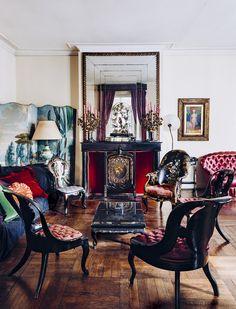 Dernière visite de l'atelier d'un peintre mondain Dans le salon au rez-de-chaussée, des canapés capitonnés et des meubles en bois incrustés de nacre. Dans les années 1930, le style Napoléon III était apprécié d'une certaine élite.