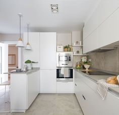 Amazing Kitchen In White: The Perfect Territory For A Chef - image 3 Kitchen Time, New Kitchen, Kitchen Dining, Kitchen Decor, Kitchen Cabinets, Kitchen Room Design, Kitchen Interior, Beautiful Kitchens, Cool Kitchens