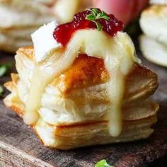 Cranberry Brie bites - a simple appetizer or party snack. These Cranberry and Brie Bites always gets polished off in minutes! Super easy to make, Ready in 20 minutes! New Years Appetizers, Finger Food Appetizers, Thanksgiving Appetizers, Christmas Appetizers, Yummy Appetizers, Appetizers For Party, Appetizer Recipes, Christmas Snacks, Xmas Food