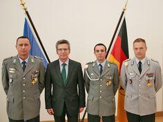 Minister de Maizière mit den geehrten Soldaten