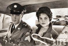 130 - 5 Elvis & Priscilla naar vliegveld, 2 maart 1960
