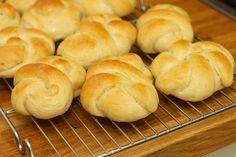 Sinds wij deze zachte witte broodjes zelf maken eten wij bijna geen ander brood meer, ondanks de inspanning die je ervoor moet doen.