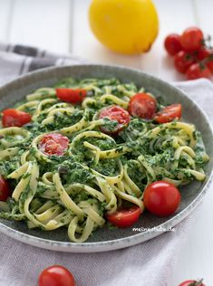 Pasta mit Rahmspinat-Frischkäse-Sauce und Tomaten Pasta with creamed spinach cream cheese sauce and tomatoes - Meine Stube Healthy Pastas, Healthy Chicken Recipes, Veggie Recipes, Crockpot Recipes, Spinach Pasta, Creamed Spinach, Cream Cheese Pasta, Cream Pasta, Pasta Recipes For Kids