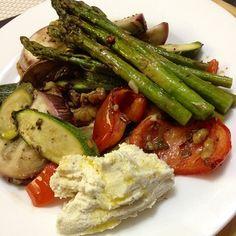 Mi cena saludable! Vegetales crujientes recién salidos del horno con nueces y 1 cucharada de ricotta de almendras y orégano! #ricoysaludable #Padgram