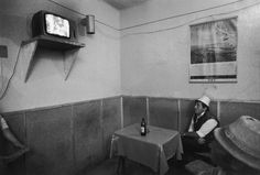 Korniss Péter: A presszóban (SZÉK, 1992) Documentary Photographers, Dance Photography, Monochrome, Artists, Inspiration, Tv, People, Europe, Biblical Inspiration