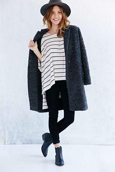 Look casual con abrigo oversized y botines Chelsea http://cocktaildemariposas.com/2014/11/17/tendencias-zapatos-botines-chelsea