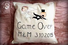 Ręcznie malowana poduszka jako prezent na ślub dla pana młodego  #gift #wedding #weddinggift #ślub #prezent #panmłody #pannamłoda #młodapara #gameover #game #over #handpainted #handmade #ręczniemalowane #poduszka
