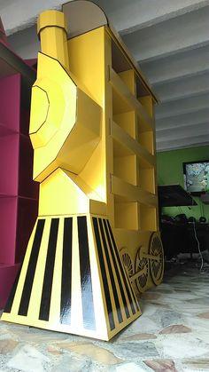 Exhibidor en cartón emulando un tren para tienda infantil. Diseñado y creado por Harrison Ayala Pardo. Derechos reservados.