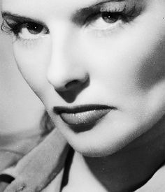 Women we look up to: Katharine Hepburn Known for her headstrong independence and spirited personality, Hepburn's career as a Hollywood leading lady spanned more than 60 years. Her work came in a range. Hollywood Photo, Old Hollywood Movies, Classic Hollywood, Hollywood Actresses, Classic Movie Stars, Classic Movies, Taurus Woman, Glamour Photo, Katharine Hepburn