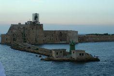 Il faro del porto di Brindisi, Puglia. #faro #lighthouse #Adriatico #marAdriatico