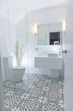 An ensuite retreat | Madame Bonbon (Fabulous floor tiles by Jatana Interiors) no necesita mas decoraciones que el suelo