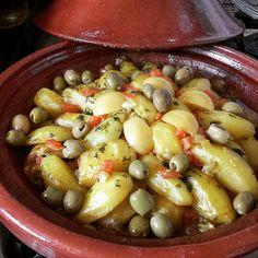 tajine de poulet aux pommes de terre, olives et citrons confits cuit dans un tajine! Il a mijoté à...