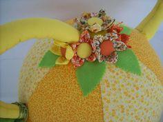 """A primavera chegou, e com ela todo encanto e o colorido das flores! Decore sua mesa com esse lindo cobre bolo em forma de bule. Confeccionado em tecidos 100% algodão, flores de fuxico e feltro. Tamanho """" GRANDE"""" R$ 40,00"""