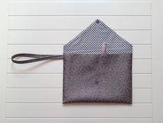 Petite pochette de soirée, sac à main forme enveloppe en simili cuir brun motif saki ou carambole, doublure mini : Sacs à main par plume-et-seraphine