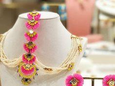 The Coolest New Mehendi Jewellery For 2019 Brides! Indian Jewelry Earrings, Indian Jewelry Sets, Indian Wedding Jewelry, Indian Accessories, Gota Patti Jewellery, Thread Jewellery, Diy Wedding Earrings, Stylish Jewelry, Fashion Jewelry