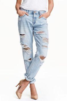 Jeans Boyfriend Low: Jeans de 5 bolsos em ganga lavada com pormenores de muito desgaste. Têm pernas afuniladas, cintura baixa e braguilha com botões.