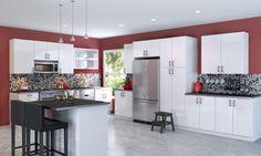 des murs en bordeaux et un dosseret en noir et blanc dans la cuisine spacieuse