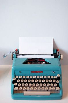 Royal in turquoise Caravaty I would love a typewriter. Retro Vintage, Vintage Design, Vintage Love, Vintage Classics, Funky Design, Smart Design, Design Design, Royal Typewriter, Antique Typewriter