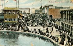 Though it was a popular residential and tourist spot, the canals began to get polluted in the 1920s due to the rise in the automobile and the poor circulation in the waterways