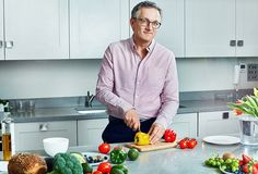 Dr Michael Mosley explains how the new approach involves Time Restricted Eating. It is very simple: you extend your overnight fast by having a later breakfast or earlier evening meal. Michael Mosley, 800 Calorie Diet Plan, 800 Calorie Meal Plan, Diet Tips, Diet Recipes, Recipies, Time Restricted Eating, Playstation Plus, Lose 5 Pounds