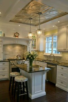 Sweet little kitchen.....so much details, lovely.