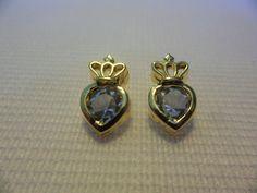 Brinco coração com coroa Acabamento: folheado em ouro 18k  Dados técnicos: 14 x 8 mm. Duas pedras de Strass Garantia de 1 ano.   Preço: R$ 24,00.