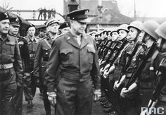 Gen. D. Einsenhower during a visit to the 1st Armored Division (the Netherlands, 1944.).