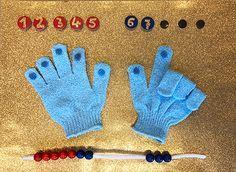 Mit dem Rechenboard spielerisch und anschaulich lernen Das Rechenboard eignet sich prima für die 1. Klasse, besonders wenn es um den Zahlenraum von 5 bis 10 geht. Gerade für Kinder, denen es schwer fällt, Mengen im Zahlenraum bis 10 zu erfassen, können sich an dem Board spielerisch ausprobieren und selbstständig üben. Das Rechenboard ist nicht