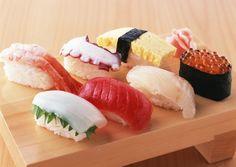 Nigiri sushi (một lát cá sống bọc phần trên nắm cơm nhỏ)