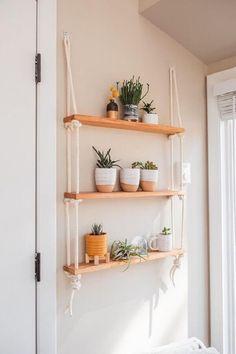 Prateleira para Plantas: +57 Modelos e Dicas para se Inspirar Pine Shelving Unit, Pine Shelves, Diy Hanging Shelves, Shelf Units, Diy Shelving, Window Shelves, Small Shelves, Room Ideas Bedroom, Bedroom Decor