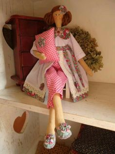 Tilda doll:  I like this completed face too, and those slippers, acutally the whole ensemble is adorable.