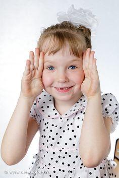 девочка играет в ку-ку
