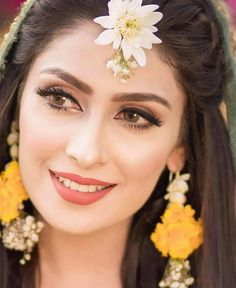 Ayeza Khan is constantly keeping herself busy, she loves doing photo shoots and is equally passionate about her acting career. Ayeza Khan has the perfect featur Pakistani Mehndi Dress, Bridal Mehndi Dresses, Pakistani Bridal Makeup, Bridal Outfits, Pakistani Makeup Looks, Mehendi Outfits, Pakistani Girl, Wedding Dresses, Mehndi Makeup