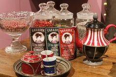 左から玄米茶・緑茶・ほうじ茶(10袋入)各¥500 ガラシャ/日本緑茶センター カップ&ソーサー(スプーン付き) ¥8,500 ポット ¥40,000 ともにマルティーヌ・ゴロン/H.P.DECO