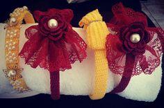 Tiara em crochet com flores,  crochet, manualidades, artesanato, acesse : Facebook / Ateliê das Jorge