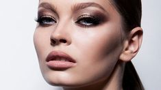 The Most Gorgeous Eyeshadow Looks for Blue Eyes - The Trend Spotter Smoky Eye Makeup, Red Lip Makeup, Glitter Eye Makeup, Simple Eye Makeup, Smokey Eye, Makeup Tutorial Eyeliner, No Eyeliner Makeup, Eye Makeup Tips, Makeup Trends