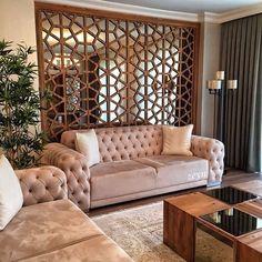 Modern ve klasiğin harmanı mobilyalarına ahşap duvar paneli arkasında bir ayna ile hem desen hem hareket katmış @zeynkurabiye. Sofistike salon dekoru ve evin diğer bölümleri evgezmesi.com'da! (Profilimizdeki linke tık) #evgezmesi #evgezmesicom