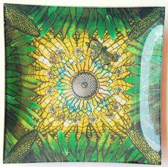 """""""La Libellula"""" - piatto in vetro 32x32cm, con un disegno ispirato dalle lampade in vetro piombato di Louis Comfort Tiffany.  """"The Dragonfly"""" - 32x32cm glass plate with a design inspired by the stained glass lamps of Louis Comfort Tiffany."""