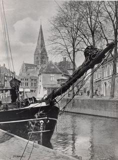 Breda - Schip afgemeerd langs de kade van rivier de Mark. Op de achtergrond de kerktoren van de St. Barbarakerk aan de Prinsenkade - 1930