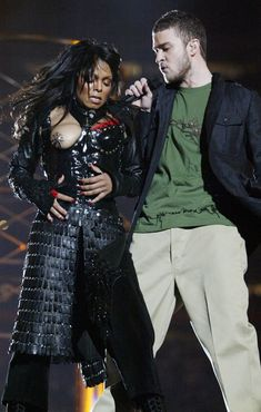 There's no chance of a wardrobe malfunction in this outfit. Janet Jackson pictured with Justin Timberlake at the Super Bowl halftime show in 2004 Janet Jackson Super Bowl, Jo Jackson, Jackson Family, Michael Jackson, Justin Timberlake Janet Jackson, Worst Celebrities, Celebs, Black Girls, Black Women