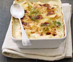 Gratin dauphinois au fenouil 1 kg de pommes de terre (charlotte, roseval)  1 bulbe de fenouil  30 cl de crème liquide  1 l de lait  2 gousses d'ail  20 g de beurre  noix de muscade écrasez-ail émincez fenouil. bouillir lait ajoutez l'ail, fenouil émincé et les rondelles de pommes de terre. Dès ébullition, comptez 8 min en remuant four à 180° (th 6) et beurrez plat  mélangez la crème sel, poivre et muscade.  égouttez les légumes Versez dessus la crème enfournez 45 min French Dishes, French Food, Cheeseburger Chowder, Macaroni And Cheese, Main Dishes, Like4like, Easy Meals, Soup, Healthy Recipes