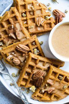 The best pumpkin spice paleo waffles with pumpkin cream sauce - so light, crispy and Waffle Cake, Waffle Mix, Kodiak Cakes, Pumpkin Waffles, Sugar Free Syrup, Tostadas, Waffle Recipes, Muffin Recipes, Vegan Recipes