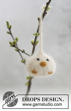 """Knitted DROPS Easter chickens in """"Alpaca"""" and """"Kid-Silk""""."""
