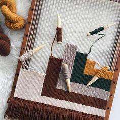 Así llevo este tapiz personalizado que os enseñaba el otro día en stories. Colores otoñales y formas cuadradas como protagonistas, ya que… Weaving Projects, Weaving Art, Weaving Patterns, Tapestry Weaving, Loom Weaving, Handmade Home, Woven Wall Hanging, Weaving Techniques, Loom Knitting