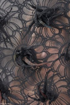 * Dentelle d'épines  Emmanuelle Dupont (1983 -)   Créatrice textile et brodeuse indépendante   Réalisation d'échantillonnage pour la haute couture  Créations originales pour la décoration intérieure  'Peintre et sculpteur' textile  Création d'œuvres bidimensionnelles et tridimensionnelles.Elle concentre ses recherches textiles autour de l'expérimentation visuelle et tactile, en utilisant les points traditionnels de broderie à l'aiguille mais aussi en élaborant des techniques plus… Textiles, Textile Patterns, Lace Art, Textile Fiber Art, Fashion Details, Artsy Fartsy, Dupont, Trouble, Art Installation