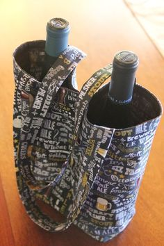 Sewing Gift Sewing tutorial: Double wine bottle tote bag - If one bottle of wine is good, two are better! This bag makes it easy to carry two bottles of wine or beer with you to parties and get togethers. Staci from Crafty Staci has a tutorial showing ho… Wine Bottle Gift, Bottle Bag, Wine Gifts, Beer Bottle, Wine Purse, Wine Tote Bag, Wine Bags, Diy Sac, Bag Pattern Free