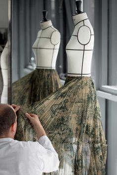 The toile de Jouy fabric from the Dior Cruise 2019 – step by step Fashion Studio, Fashion Art, Fashion Show, Fashion Outfits, Womens Fashion, Fashion Design, Dior Haute Couture, Street Style Fashion Week, Safari Wedding