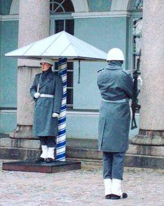 ..changing of the guard at the Presidential Palace in Helsinki. #myBFF🇫🇮 ..photo from 2008. . . . #helsinki #guards #changingoftheguard #finland #soldier #mybigfatfinnishportfolio #photography #igersfinland #helsingfors #finlandia #weareinfinland #myhelsinki #architecture #europe  #thebestoffinland #finland #streetphotography #finland_photolovers #helsinkionline